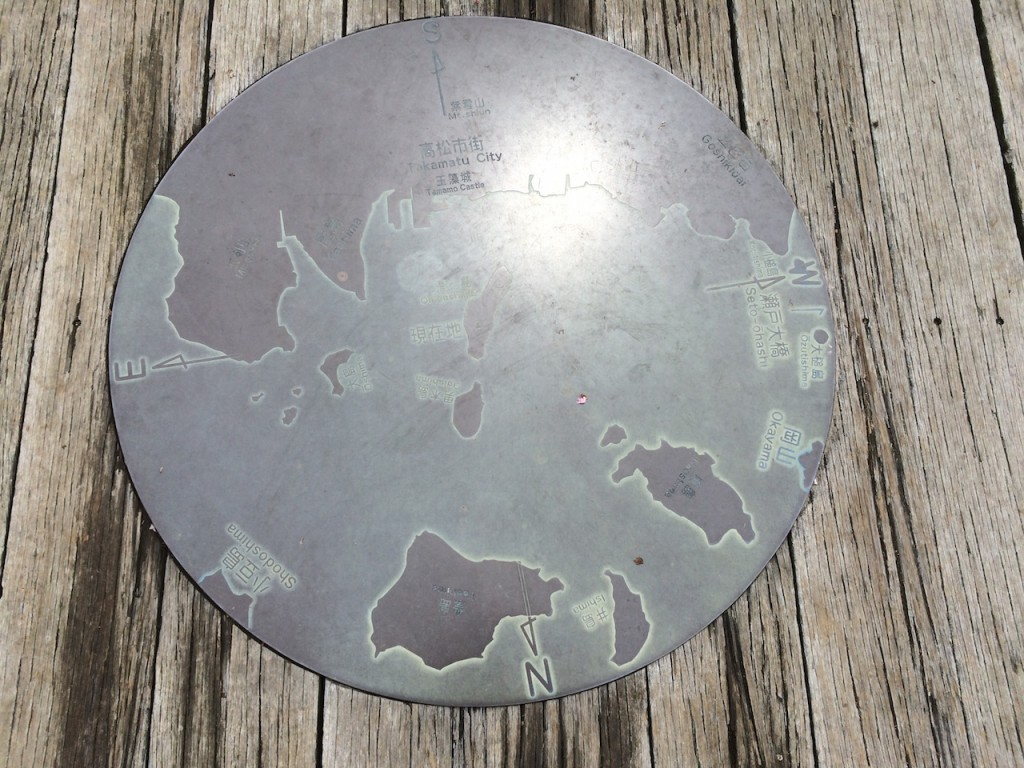 """「桃太郎の『鬼』が住んでいた島「女木島(めぎじま)」には何がある? """"モアイ像""""を見ながら走ってみた」の画像"""