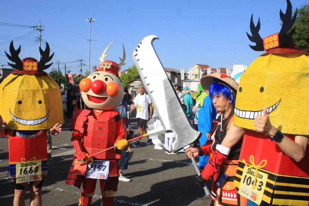 「「侍の格好をしたアンパンマン」や「刀を持つダダ」、仮装をしていないとスタート時に浮いてしまうレースとは」の画像