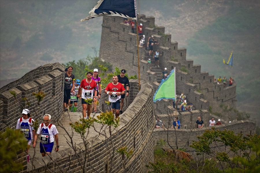 「ゴールまでに登る階段は5164段!! 四つん這いで駆け上がる過酷レースとは」の画像