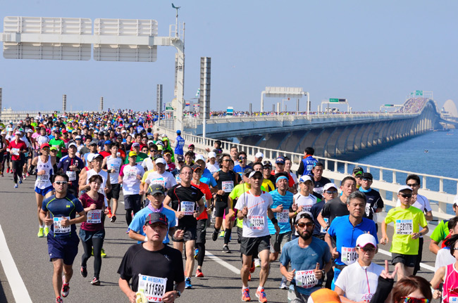 「海風に乗って東京湾を横断! ちばアクアラインマラソン2016」の画像