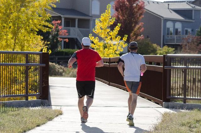 「走る時に「つま先が真っ直ぐ」は間違い!? 男性はガニ股、女性は内股で走ると良い理由」の画像