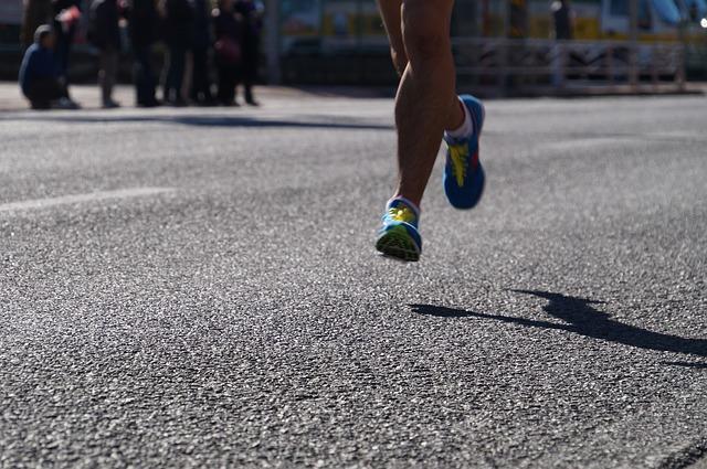 """「3時間9分27秒でフルマラソンを走る俳優・鶴見辰吾さんも、""""キツめのシューズ""""を回避」の画像"""