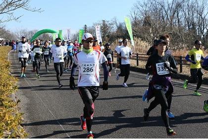 「名物・「かも丸鍋」がランナーをお出迎え! みのかも日本昭和村ハーフマラソン大会」の画像